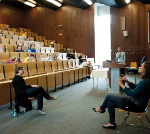 Die Vorlesung mit der Übersetzung auf Gebärdensprache. © Universität Wien